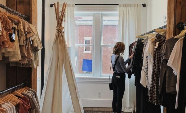 Une femme choisit ses vêtements